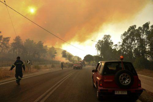 Einsatzkräfte in Labiri in Griechenland. Die schwelenden Brände und die enorme Hitze bereiten Südeuropa weiterhin extreme Probleme. afp