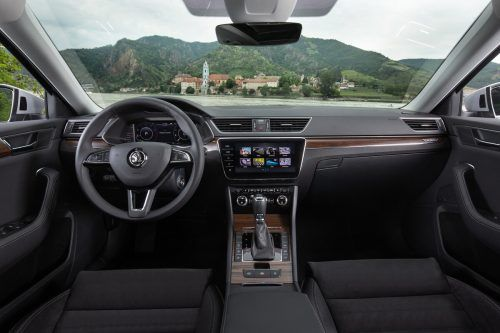 Eleganter Pragmatismus prägt das geräumige Interieur. Das Cockpit ist technisch auf Höhe der Zeit.