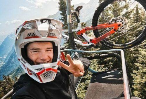 Elias Schwärzler will mit seinem Fahrrad aus einem Flugzeug springen.Schwärzler