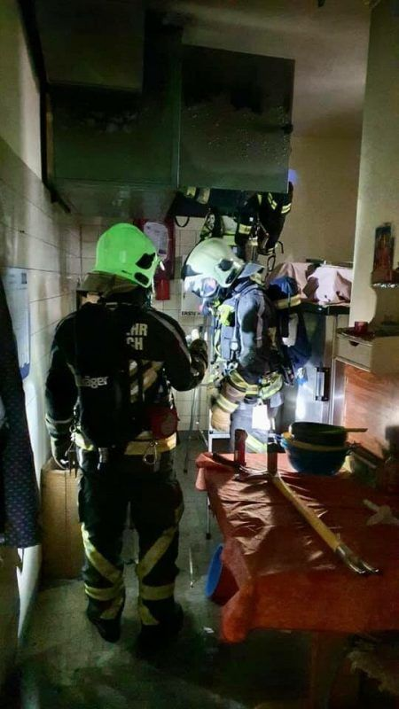 Feuerwehrmänner in einer der betrofffenen Wohnungen. FW Tosters
