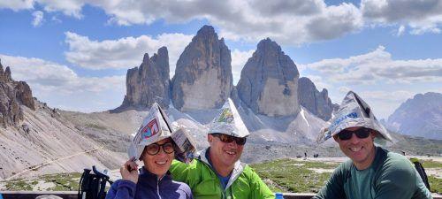 Gut behütet: Elfriede Metzler, Martin Metzler und Gerhard Sutterlüty hatten bei ihrer Tour auf die Drei Zinnen im Südtirol eine Spitzenidee.
