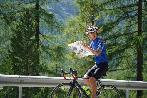 UNterwegs mit autopilot: Christoph Entner hatte bei seiner Rennradtour im Engadin alle Hände voll zu tun.
