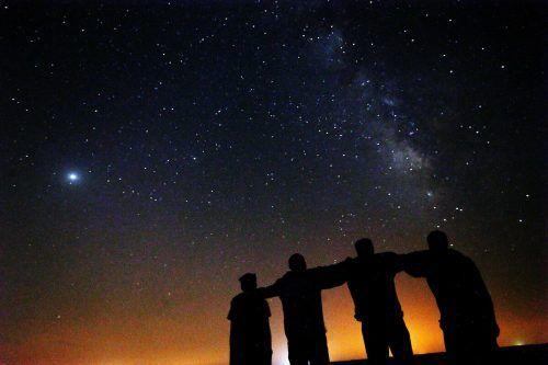Freunde beobachten in der Wüste knapp 120 Kilometer nördlich von Kuwait-Stadt gemeinsam den Nachthimmel. AFP