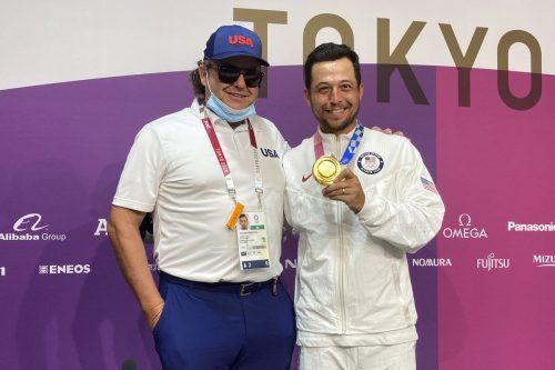 Golf-Olympiasieger Xander Schauffele mit seinem Vater.AP