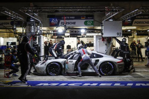 Groß war das Gedränge in der Porsche-Box bei den jeweiligen Stopps.Porsche/3