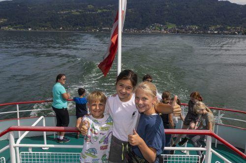 Henri, Pia und Elina freuen sich über die Schifffahrt.