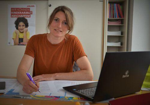 Im Volkshilfe-Büro in Bregenz berät Dominique Meyer Menschen, die Hilfe brauchen. hrj