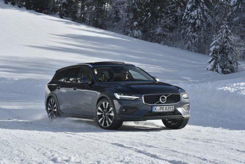 In der Cross-Country-Version nimmt es der Volvo V60 souverän mit winterlichen Bedingungen auf, schafft jedoch locker auch leichte Offroadpassagen.