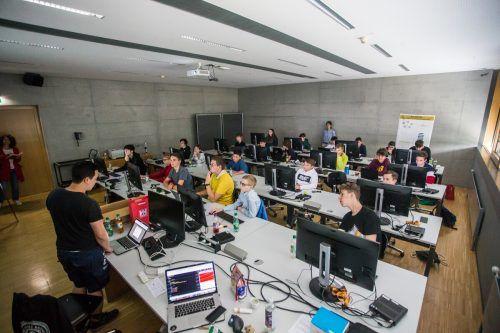 In einem Computerlabor der Fachhochschule Vorarlberg tauchen die Jugendlichen in die digitale Welt ein. VN/Steurer