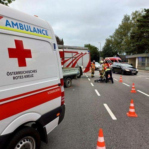 In Lauterach erlitt ein 17-jähriger Mopedfahrer bei der Kollision mit einem Pkw Verletzungen unbestimmten Grades. feuerwehr Lauterach