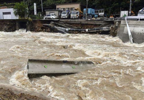 In weiten Gebieten Japans kam es zu massiven Regenfällen. Das Bild zeigt den FlussSuzuhari in Hiroshima. Mindestens ein Mensch starb. AP
