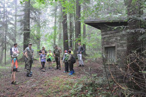 Jäger und Jagdaufseher Anton Bereuter erklärte den Papas und Kindern die Besonderheiten der Tier- und Pflanzenwelt.Vorarlberger Familienverband