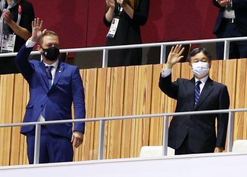 Japans Kaiser Naruhito (r.) eröffnete die Spiele.