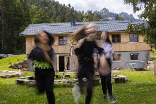 Kaplan Hugo Kleinbrod würde sich freuen, wenn er wüsste, wie wohl sich noch heute benachteiligte Kinder und Jugendliche in Schönenbach fühlen. VN/Paulitsch