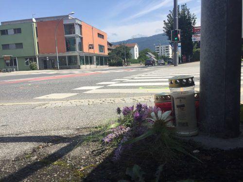 Kerzen erinnern beim Unfallort in Bregenz-Vorkloster an das tragische Geschehen in der Nacht auf Dienstag. vn/gs