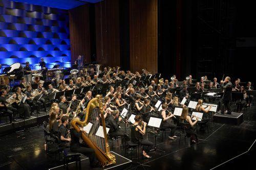 Knapp 80 junge Blasmusiker arbeiteten mit den Wiener Symphonikern und begeisterten beim Abschlusskonzert. bf/köhler