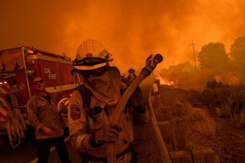 Kräftiger Wind facht die Flammen immer wieder an. AFP