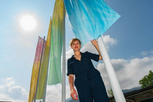 "Künstlerin Andrea Salzmann vor ihrer Installation ""No Border, No Nation"" an der Dornbirner Ach.VN-Stiplovsek"
