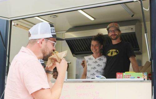 Kurioses Prozedere der Eröffnung – mehrere Monate lang gab es statt Gastlichkeit im Café/Bistro nur Take Away im Food Truck, ehe das Café aufsperren durfte.