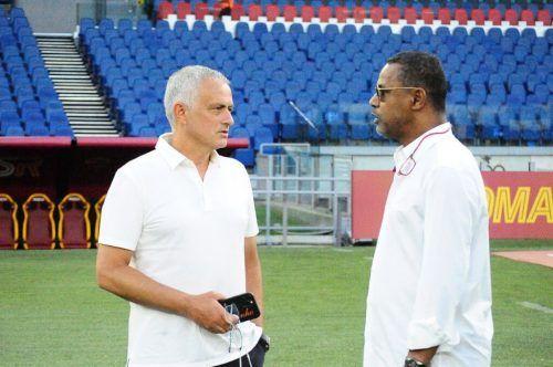 Lassaad Chabbi (r.) im Gespräch mit Trainerkollege José Mourinho (AS Roma).Privat