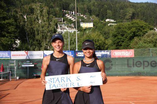 Lilli Tagger und Sydney Stark freuen scih über den Sieg im Doppelbewerb.TVB