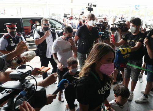 Lionel Messi verlässt Barcelona, zusammen mit Ehefrau Antonela und seinen Kindern am Flughafen der katalanischen Großstadt.REuters