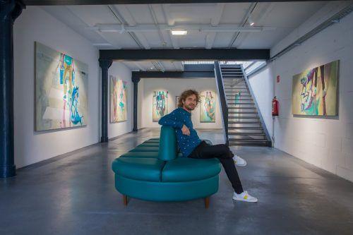 Lorenz Helfer mit seinen Arbeiten im neuen Ausstellungsraum in Bregenz, der in Zukunft Künstlerinnen und Künstlern zur Verfügung steht. VN/Steurer