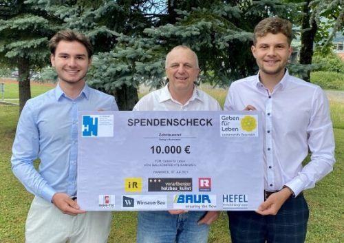 Maximilian Loos, Niklas Tumler und Lehrer Hannes Riedmann (v.l.) überreichten stellvertretend für das Ballkomitee den großzügigen Scheck.GfL