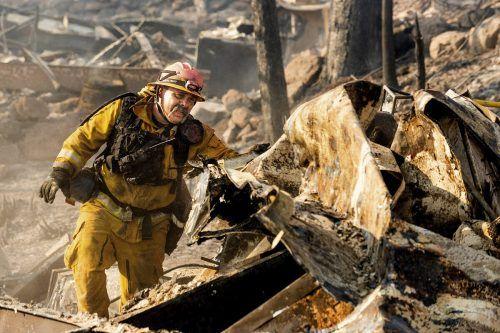 Mehr als 10.000 Feuerwehrleute kämpfen verzweifelt gegen die Flammen. AP