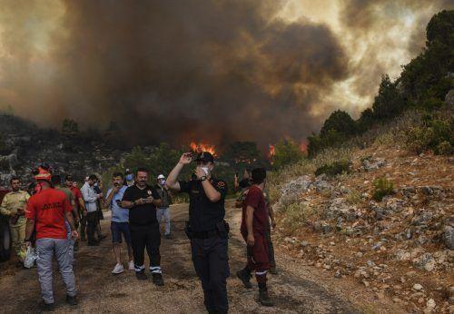Menschen auf der Flucht vor der Feuersbrunst in Manavgat. ap