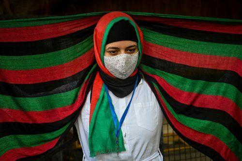 Mit anderen Afghaninnen und Afghanen demonstriert diese Frau im indischen Neu-Delhi gegen die Machtübernahme der Taliban. AFP
