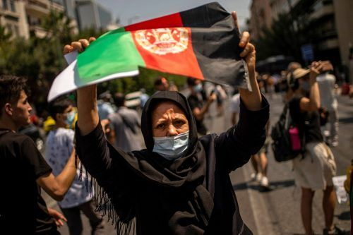 Mit der Nationalflagge protestiert diese afghanische Frau in der griechischen Hauptstadt Athen gegen die Machtübernahme der Taliban. AFP