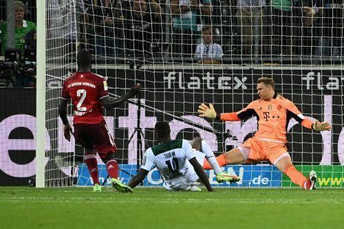 Mönchengladbachs Marcus Thuram rutscht am Ball vorbei, Glück für Bayern-Keeper Manuel Neuer und seine Vorderleute.
