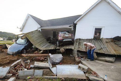 Nach schweren Überschwemmungen sind nach wie vor mehrere Menschen vermisst.ap