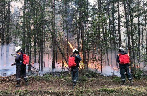 Nach wie vor kämpfen in Russland mehr als 9000 Helfer gegen die Flammen. AFP