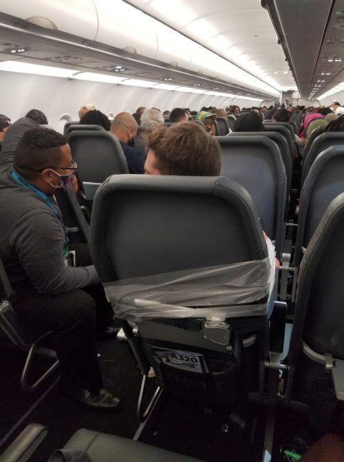 Nachdem der Passagier handgreiflich geworden ist, wurde er an den Sitz gefesselt.