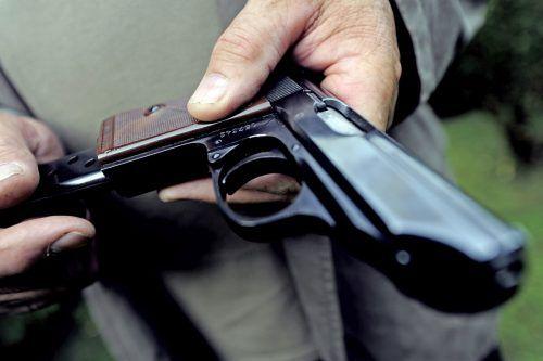 Nicht registrierte Faustfeuerwaffen (Pistolen, Revolver) sowie rund 17.500 Patronen waren an mehrere Personen verkauft worden. symbol/aPA