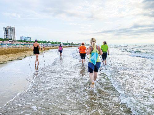 Nordic Walking am Strand: Im Wasser wird der Schwierigkeitsgrad leicht erhöht.