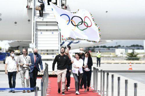 OK-Präsident Tony Estanguet (l.) und Bürgermeisterin Anne Hidalgo brachten die olympische Flagge nach Paris.apa