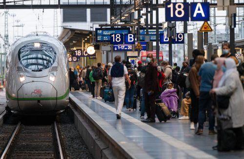 Passagiere warten auf einen der wenigen einfahrenden Züge. apa
