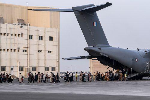 Personen, die aus Kabul evakuiert wurden, erreichen die französische Luftwaffenbasis Al Dhafra bei Abu Dhabi. AFP