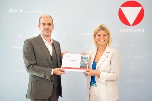 Peter Hajek und Verteidigungsministerin Klaudia Tanner. HBF/Laura Heinschink