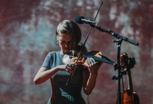 Premiere in Bezau: Die estonische Musikerin Maarja Nuut hat neue Songs im Gepäck und wird das Publikum in der Remise des Wälderbähnle begeistern.maarja nuut