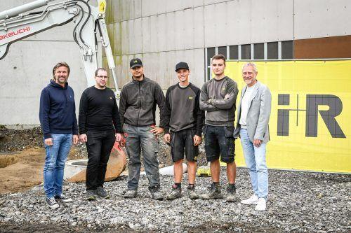 Reinhard Schertler (l.) und Joachim Alge (r.) mit Ausbilder Michael Spettel und den Lehrlingen Maid Kalosevac, Jorel Fetz und Slavko Kojic beim Spatenstich. FA