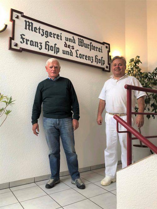 Restaurator Hugo Lins (l.) und Metzgermeister Gerold Hosp posieren stolz vor der Firmentafel. hosp