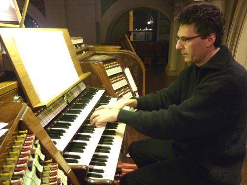 Rudolf Berchtel führt in St. Florian ein Werk von Thomas Thurnher auf. ju