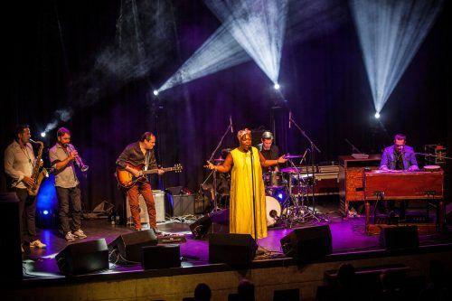 Sängerin Gisele Jackson brachte gemeinsam mit Raphael Wressnig und seiner Band die Remise zum Grooven.Stadt Bludenz/Ionian