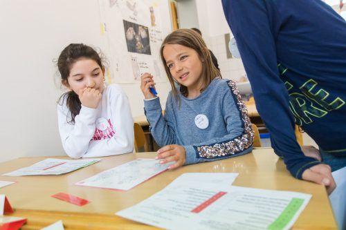 Schule ist mehr als nur ein Lernort. Es ist ein Ort, wo sich Kinder und Jugendliche sozialisieren. Sie von dort herauszunehmen, ist selten gut.Symbol VN/Steurer