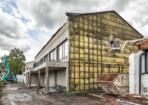 Seit einigen Tagen sind Abbrucharbeiten im Rotkreuz im Gange, ab Ende September wird an dem neuen Schulcampus gebaut. Gemeinde