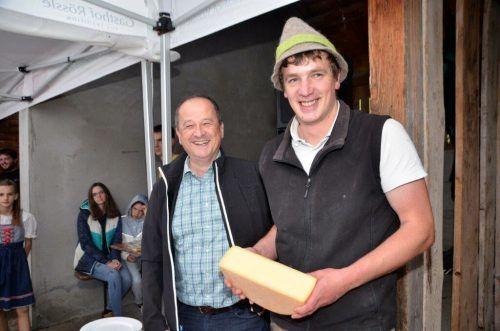 Senner Thomas Helbock und Obmann Johannes Maier präsentieren stolz den diesjährigen Schnittkäse.DOB
